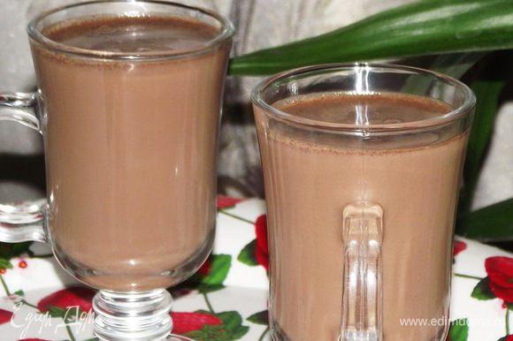 Молоко вскипятить с сахаром и солью.Снять с огня и в него вкинуть шоколад ( поломанный на кусочки), что бы растаял. Затем довести до кипения сок и влить его в шоколадную смесь.. Напиток можно пить и горячим и холодным. Смачного