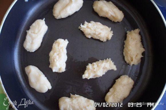 Противень смазать маслом. Заполнить кондитерский мешок тестом. Выдавить на противень тесто на расстоянии 3см. И выпекать в хорошо разогретой духовке 25 минут.