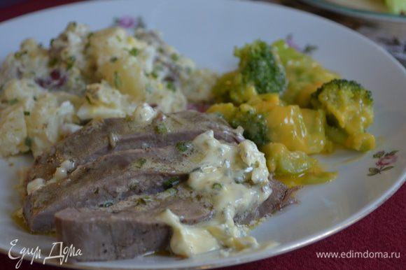 Порезанный стейк разложить порционно по тарелкам с гарниром на ваш вкус . Сверху говядины выложить масло с зеленью,необычно вкусно!