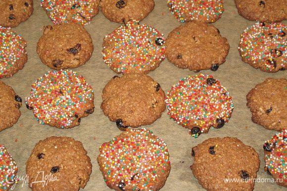 Дайте печенью остыть на противне