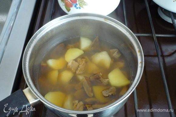 Картофель крупно порезать, отварить. Я добавила к грибам за 15 минут до окончания их варки.