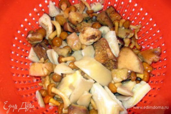 Приготовить суп. Разморозить грибы и нарезать на кусочки.