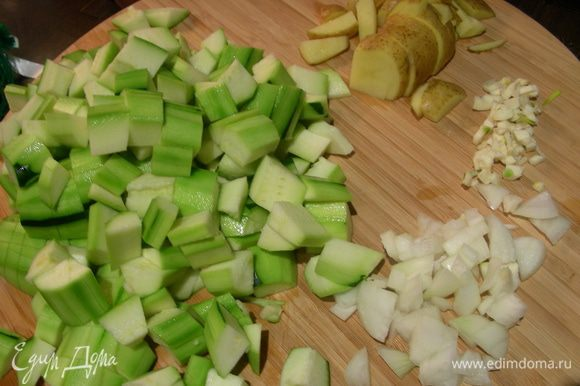 Картофель, лук и цукини (кроме 1 половинки) режем кубиком, чеснок измельчаем.