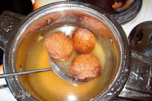 Вынуть готовое печенье, дать немного остыть. Затем по 2-3 штуки окунать в сироп на 1-2 секунды при помощи шумовки.