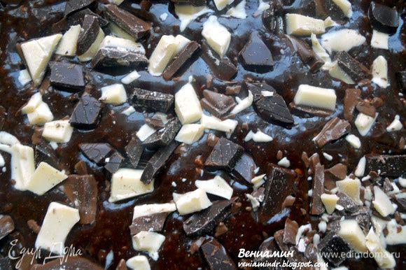 """Достать брауни из духовки, равномерно распределить шоколад по поверхности, часть можно """"утопить"""" с помощью деревянной палочки. Вернуть в духовку и довести до готовности. Вообще брауни готовится не более 20 минут (зависит, конечно, и от свойств духовки), но в данном случае я позволил увеличить время до 22 минут (в связи с обилем шоколада). В горячем виде он будет очень влажным и на вид непропеченным, но когда он дойдет - все будет совершенно прелестно! Только нужно сначала его остудить при комнатной температуре, а затем хотя бы часа 2 выдержать в холодильнике. И вот оно, мятное и чрезвычайно шоколадное БРАУНИвое счастье готово!:)))"""