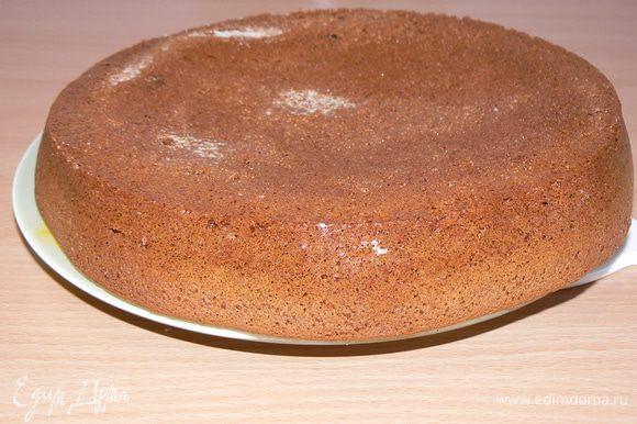 Тесто вылить в форму и запекать 30-40 минут (до сухой зубочистки). Корж отсудить и разрезать на два коржа.