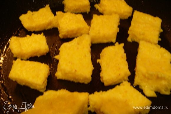 Разогреваем пару столовых ложек оливкового масла на чистой сковороде и обжариваем кубики поленты до слегка золотистого цвета минуты по 3-5 с каждой стороны. Рекомендую ее все же переворачивать осторожно, у меня она в этот раз немного хрупкая получилась, а в предыдущие разы была крепче. Поленту солим и перчим по вкусу, выкладываем на бумажное полотенце, чтобы стек лишний жир. На этом этапе ее можно посыпать базиликом, я же его добавляла в самом конце. Накрываем поленту фольгой или крышкой, чтобы она оставалась теплой