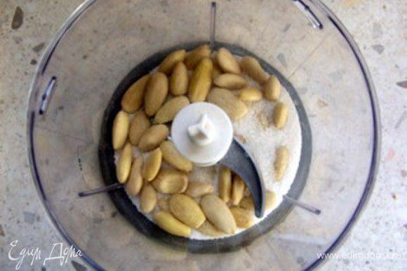 Приготовить тесто. Миндаль перемолоть с 60 гр сахара в блендере до состояния муки.