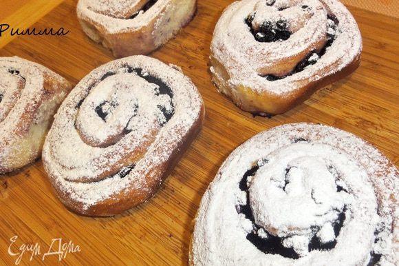 Готовые булочки посыпьте сахарной пудрой. Приятного вам чаепития!