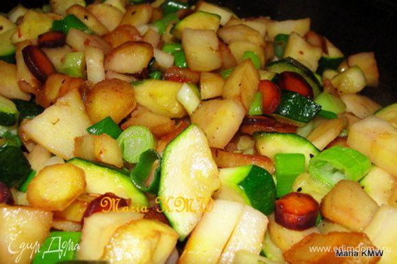 Чистим и моем наши овощи. Режем произвольно. На сковородке с оливковым маслом обжариваем на среднем огне пастернак.
