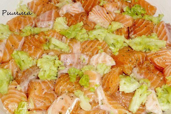 В смазанную маслом форму сначала выложите рыбу, брокколи и розмарин.