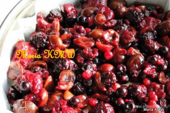 Поверх теста выкладываем вишню или ягоды. Выпекаем пирог в разогретой духовке при 175 градусах, до готовности, 30-40 минут. Проверяем готовность спичкой или шпажкой. Даем остыть.