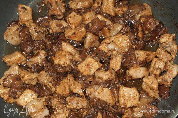 Грибы нарезать и обжарить до готовности. В этот раз я добавила грибы к свинине, а так всё раздельно.