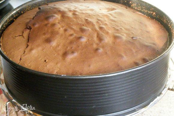 За 10 минут до конца положенного времени приготовления увеличим температуру духовки до 200 градусов. При резкой смене температуры корочка подрумянивается и не так сильно крошится