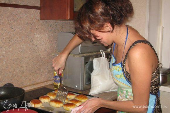 1-ый раз тесто поднимется - обмять. 2-ой раз тесто поднимется - печём пирожки. Перед тем как выпекать, пирожки должны постоять мин.15 (подняться) и желательно накрыть их полотенцем, что бы не заветрились, потом смазываем их взбитым яйцом и в духовку. Выпекаем при t-200гр. до готовности.