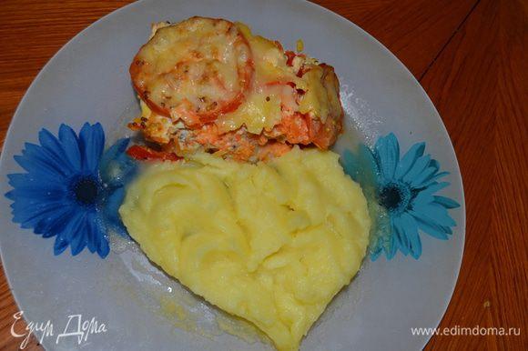 Приготовление: На дно формы налить немного растительного масла, положить мелко порезанный лук, на него филе морского языка ( не резать) посолить и поперчить. На рыбу выложить крупно натертую морковь, перец, нарезанный соломкой и кружечки помидор. Яйца, сливки, горчицу, соль и перец тщательно перемешать, залить рыбу и овощи. Выпекать при температуре 200 градусов 30 – 40 минут. Засыпать тертым сыром и еще поставить на 10 минут. Подавать, как самостоятельное блюдо или с отварным рисом, картофельным пюре. МИР ВАМ.