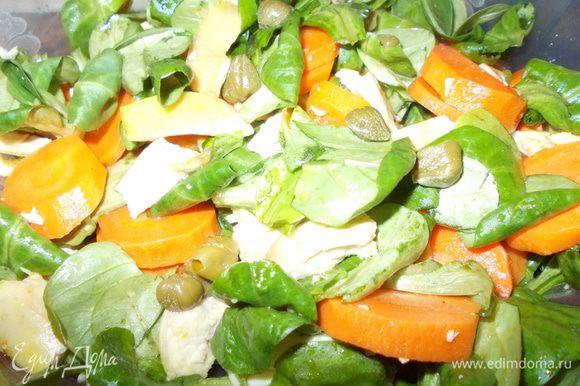 салат-корн промыть,обсушить и крупно порвать или нарезать.морковь нарезать кружками и положить в кипящую воду и варить 2-3 минутки,затем откинуть на дуршлаг и обдать холодной водой.куринную грудку отварить и нарезать.сделать заправку:мелко нарезать чеснок смешать с соевым соусом,медом,уксусом и маслом.выложить корн,моркошку и куриную грудку-полить заправкой,посолить,поперчить и перемешать.посыпать каперсами