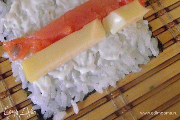 Начинку распределить на середину риса, придумывайте свои комбинации.