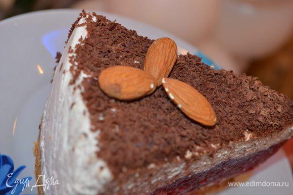 Сборка: Края съемной формы обмотать пищевой пленкой, вкладываем песочный корж, 1/3 творожной начинки, ягодное полностью застывшее желе, 2/3 творожной начинки. Убираем в холодильник на 8 часов или на ночь. Украсить тертым шоколадом или по своему желанию и фантазии. МИР ВАМ.