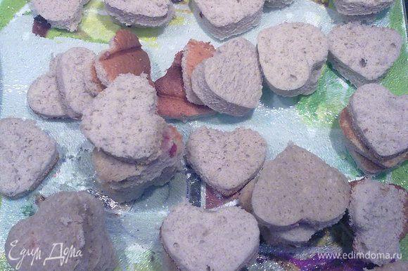 Формочкой в виде сердечка сделать как можно больше бисквитных сердец. У меня получилось 56 штук.