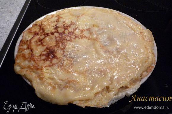 Выкладываем на тарелку и обмазываем сливочным маслом. Получается около 10 блинов.