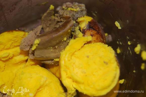 Пока печем блины,готовится начинка. Для нее сварим печень в подсоленной воде до готовности. Подготовим желтки.
