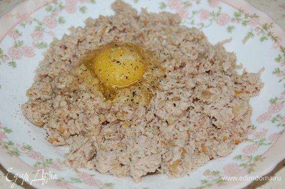 Мясо измельчить в блендере (без фанатизма...). Лук мелко нарубить, обжарить в слив. масле, добавить к мясу. Туда же яйцо, соль, перец, бульон. Хорошо перемешать.
