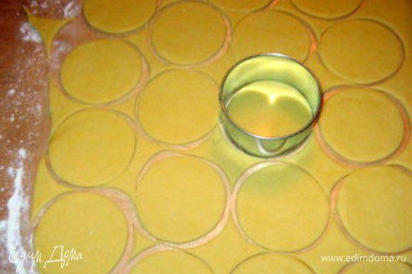 Вырезать диски по 7-8 см в диаметре. Обрезки теста снова обмять и раскатать и повторить прцесс, пока хватит теста. (Оставить маленький обрезок теста для пробы готовности масла)