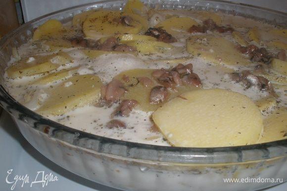 Залить все сливками.Поставить на плиту. Добавить немного кипятка, жидкости в итоге должно быть на 1/3 формы.