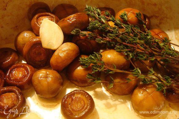 Очищенные шампиньоны обжарить на растительном масле до золотистой корочки с добавлением раздавленных долек чеснока(3-4 зубца) и веточками тимьяна(5-6 шт.),посолить.Переложить грибы с травой и чесноком в стеклянную банку 750 мл.Добавить ещё 2-3 нарезанных или раздавленных зубца чеснока.Залить шампиньоны смесью растительного масла и винного(яблочного) уксуса в пропорции 2:1.Маринад сбалансировать по своему вкусу.Через 10-12 часов шампиньоны готовы.Хранить в холодильнике.Приятного аппетита!