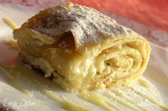 Разрезать на порции, посыпать сахарной пудрой, полить медом или растопленным белым шоколадом. Наслаждайтесь ;)