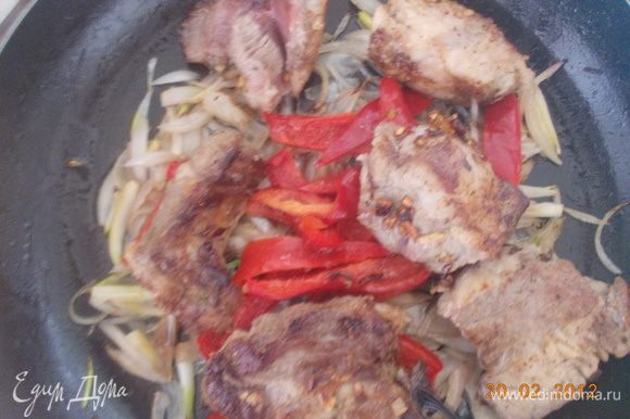 Когда лучок и перчик станут мягкими и слегка золотистыми,вернуть в сковороду мясо.Добавить немножко воды в которой варилась фасоль.