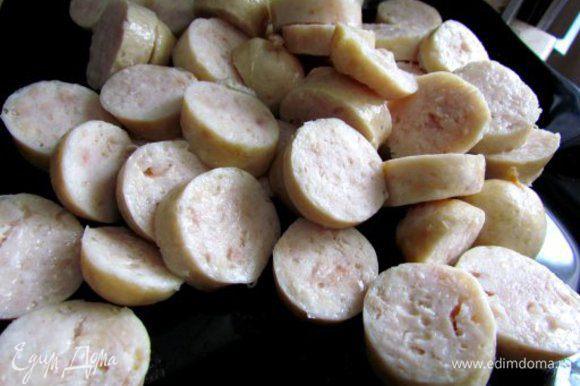 Колбаски нарезать кружочками.