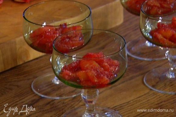 В прозрачные креманки выложить апельсиновую мякоть, заполняя их на 1/4 объема (оставшийся сок сохранить).