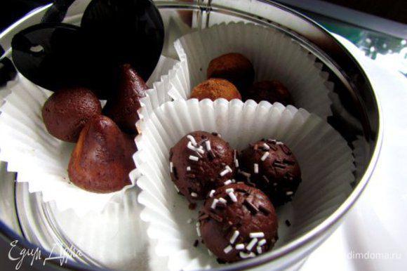 Полученную смесь охладить до теплого состояния и налепить конфетки любой формы. Конфеты можно обвалять в какао, орешках, кокосовой стружке. Охладить конфеты в холодильнике около часа.