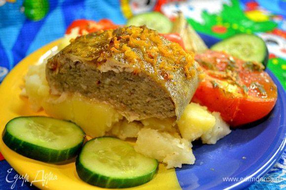 Готовую рыбу подать с запечёнными овощами,по желанию с картошкой политой сливочным маслом.Приятного аппетита!!!)