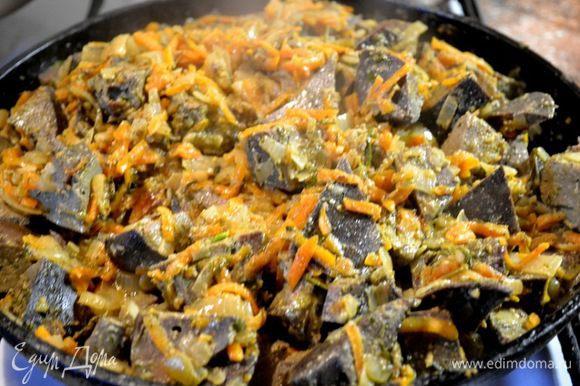 Печень на ночь замачиваю в холодной воде,промываю,отвариваю 1час.Режу на кусочки,обжариваю,добавляю лук,морковку,сливки...тушу до готовности...добавляю специи,чеснок,зелень...делю на две части...