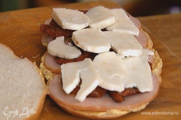 Сыр нарезать ломтиками, выложить на помидоры.