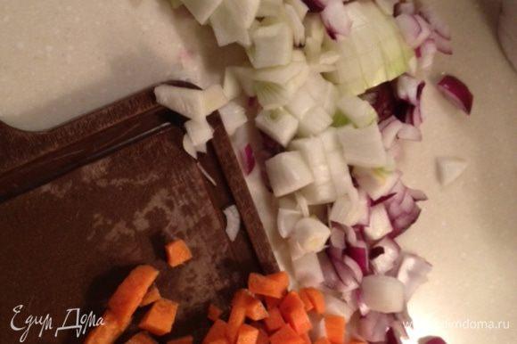 Нарезать лук крупными кубиками,морковь- произвольно,я тоже нарезала кубиками,средней величины.Убавить огонь и добавить к баранине лук,готовить 5 мин.Далее добать морковь,раздавленный ножом чеснок,тушить еще пару мин.
