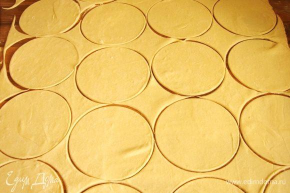 Слоённое тесто раскатать,как можно тоньше.Выемкой или стаканом вырезать круги.