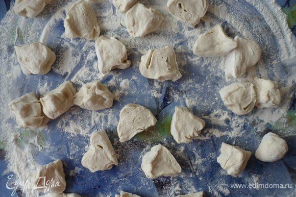 Когда тесто подойдет немного его обминаем и разделываем на небольшие части.