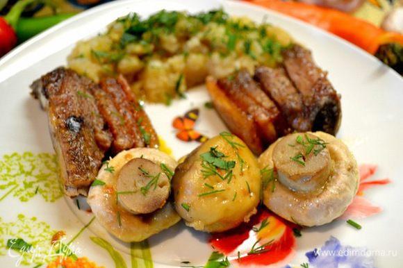 2кусочка выкладываем на тарелку и в микроволновку до готовности,затем добавила 3грибочка шампиньонов,посолила полила жирком от мяса и ещё на 3мин.