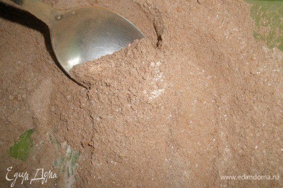 Смешать сухие ингредиенты: муку, сахар,разрыхлитель, какао. Добавить сливочное масло. Все растереть как следует.