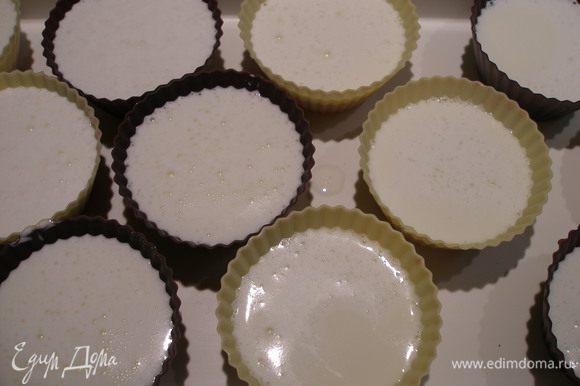 Разлить сливочную массу по креманкам, где уже застыл ягодный слой, и - в холодильник, пока не застынет. Подавать можно и в креманках, и так, как я, вынув из формочек.