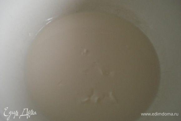 Приготовить крем: Сливки довести до кипени, добавить мелко порубленный шоколад в сливки и помешивать венчиком для взбивания до полного растворения шоколада. Поставить крем в прохладное место и время от времени помешивать его, чтобы на поверхности не образовалась пленка.