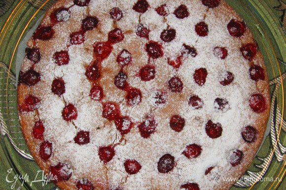 Выпекать 20 минут при температуре 180 градусов. Готовый пирог посыпать сахарной пудрой. Подавать охлажденным.