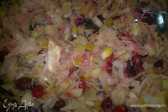 Сало обжариваем на сковородке, добывляем капусту, яблоко и клюкву, тушим немного, чтобы ушла жидкость.