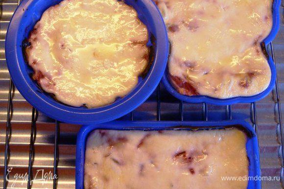 Поставить формочки в холодную духовку. Включить мощность на 180 градусов, а таймер на 20 минут. После выключения оставить формочки в духовке ещё на 10 минут. Достать формочки и смазать сверху запеканку сливочным маслом.