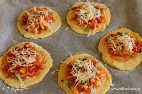 Сверху - сыр пармезан, или другой, но пармезан особенно хорош. И отправляем в разогретую духовку на 20 минут. Я выпекала при 230 градусах. Готовую пиццу еще раз присыпала пармезаном.