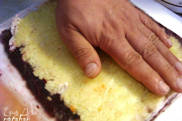 Протёртый картофель выложить на морковный слой также уменьшая высоту прямоугольника на 2.5-3 см сверху и снизу, а длину оставить прежней. Слой картофеля закрыть целлофаном и уплотнить.